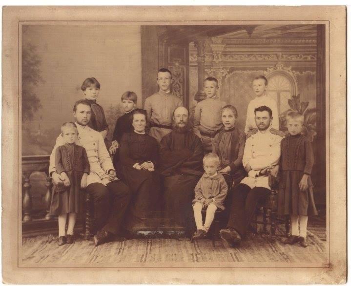 Прот. Ипполит Иоаннович и Мария Иоанновна Мартиновские с детьми. Тульчин.