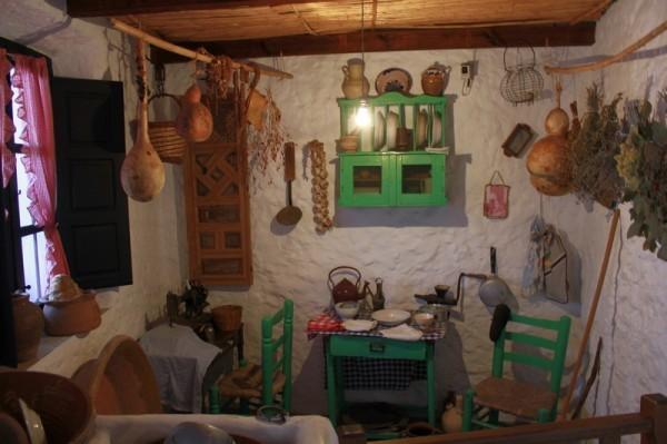 В этнографическом музее. Интерьер крестьянской комнаты (Михас)
