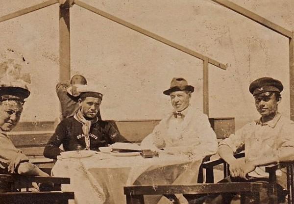 Рождество 1924 год. Харбин. В центре - Георгий Павельев и Чарльз Сидней Гиббс. Фото: st-tatiana.ru