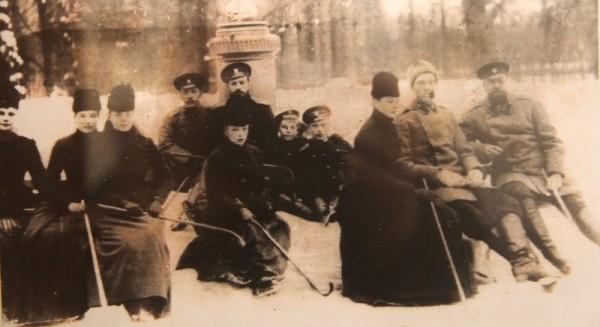 Зимой во время игры в хоккей. Александр III, Николай II и среди остальных бабушка Майи Ферзен Александра Илларионовна Шувалова и две ее родных сестры