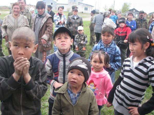 Дети Севера встречают гостей с вертолета