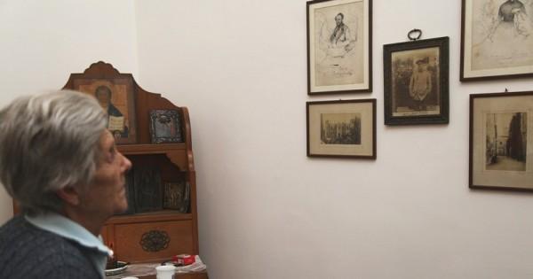 Майя Ферзен перед фотографией своего дедушки Иллариона Воронцова