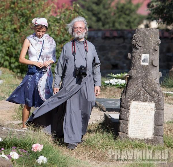 Протоиерей Александр Ильяшенко. Кладбище возле храма