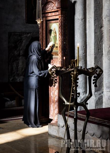 Монахиня возле иконы святой Нины (1870), привезенной из Петербурга