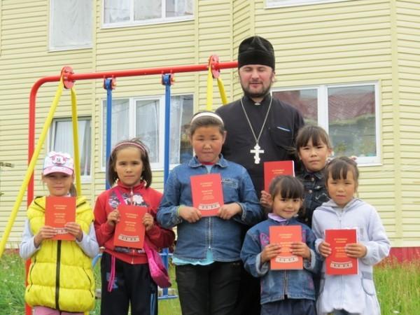 Дети с Евангелием на корякском языке