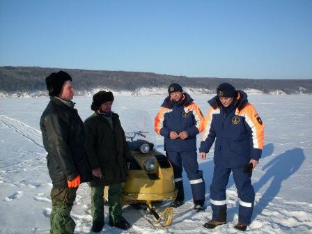 сотрудники МЧС рыбаки