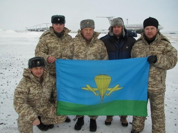 Духовник десантников поддержал паству прыжком с парашютом в Арктике