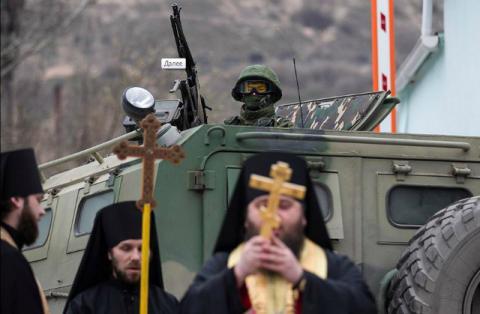 В Балаклаве священники УПЦ встали между войсками РФ и Украины