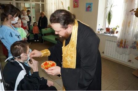 Иеромонах Киево-Печерской Лавры совершил Таинство Елеосвящения над ВИЧ-инфицированными детьми