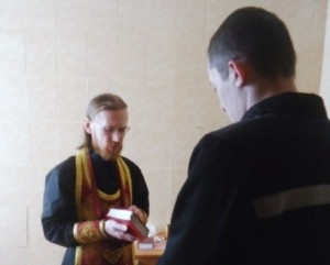 Священник исповедовал и причастил заключенных в Архангельской колонии