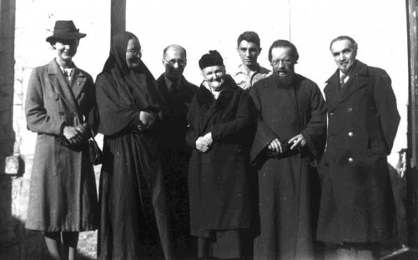 Во дворе на ул.Лурмель: мать Мария, К. Мочульский, С.Б. Пиленко, отец Дмитрий Клепинин, Г. Федотов