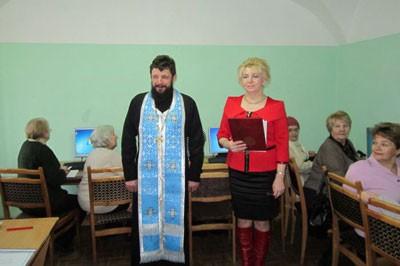 Смоленский священник благословил пенсионеров обучаться компьютеру
