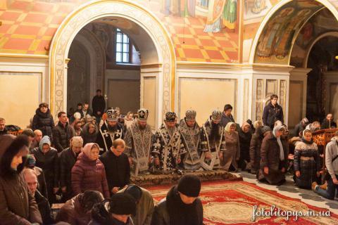 Архиереи УПЦ на коленях молились о мире в Украине