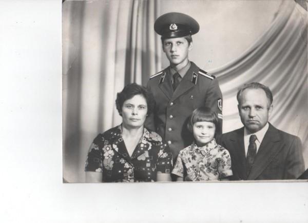 Александр Снигур (будущий епископ Артемий) с родителями