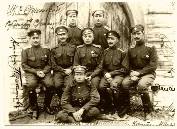 Ахтырские гусары со своим последним командиром полковником Всеволодом Аглаимовым. Полуостров Галлиполи (Турция), весна 1921 года.