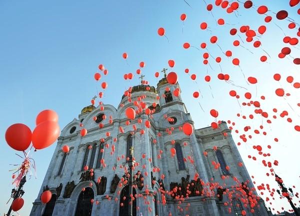 Около тысячи человек провели флешмоб для патриарха Кирилла