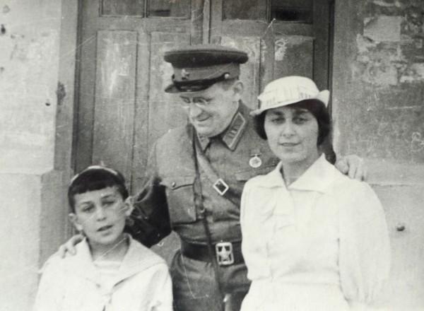 Г.А.Любимов с родителями. 1940 г. Фото из архива Г.А.Любимова