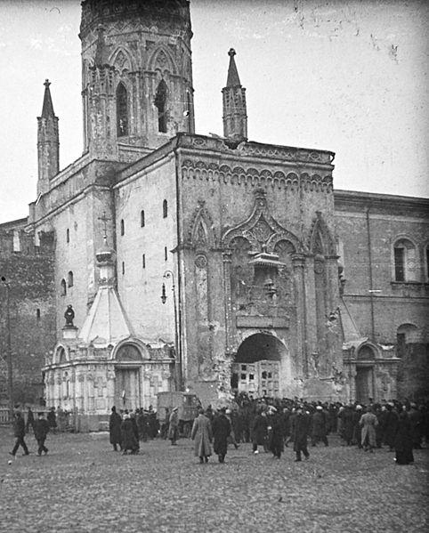 Никольские ворота после штурма Кремля большевиками. Фото - Википедия