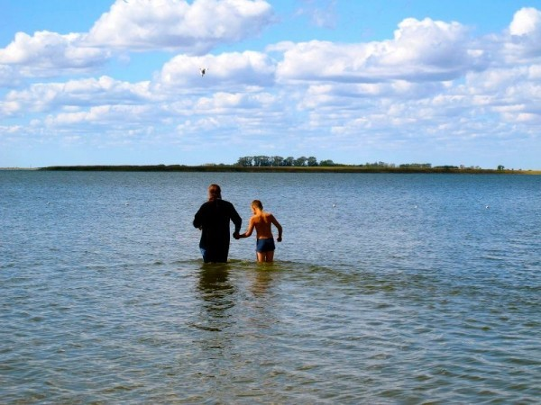 Владыка Филипп крестит детей в озере у села Благодатное, 18 августа 2012