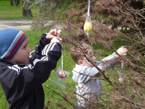 Воспитанники православного детдома подарили пасхальные яйца малоимущим