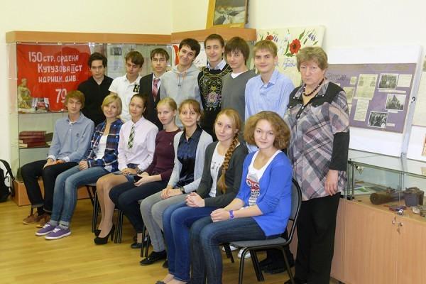 Группа Поиск в помещении музея «Поиск», справа руководитель Цаплина Татьяна Сергеевна