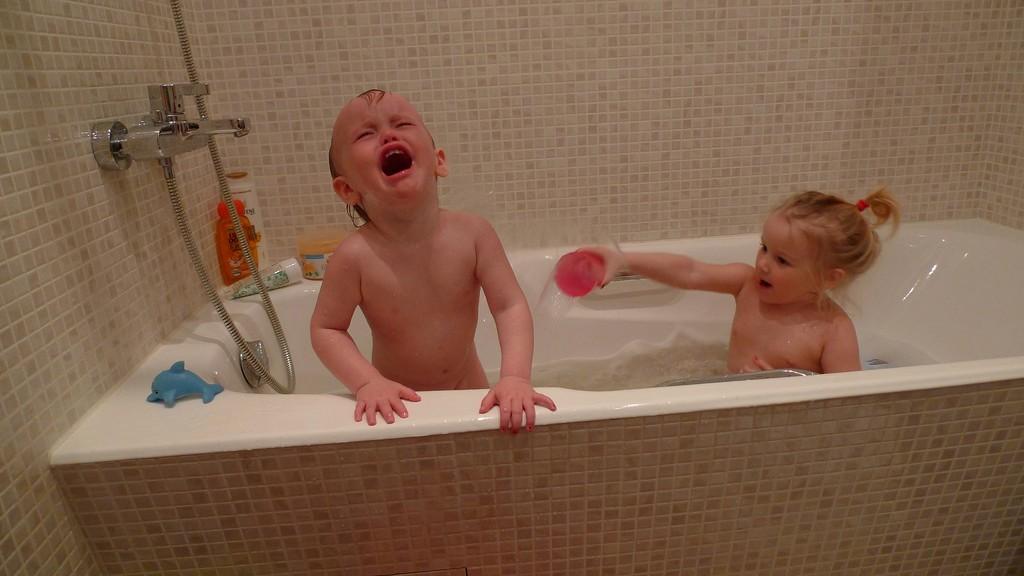 Младший ребенок еще в утробе догадывается о существовании старших сестер и братьев