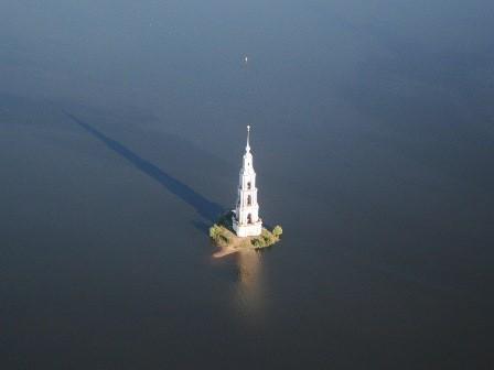 Затопленная колокольня в Калязине вышла на сушу