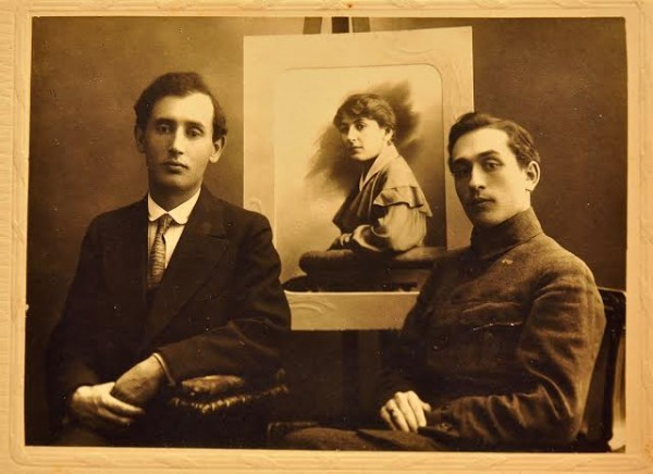 Отец Ю.В.Манна (слева) с портретом сестры