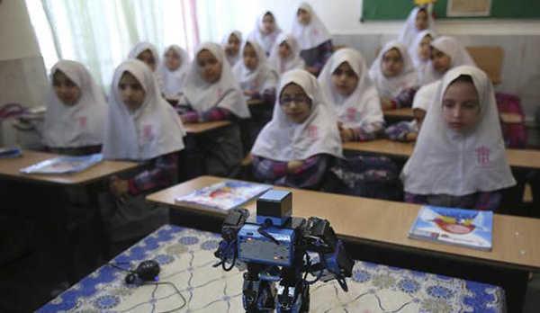 Педагог из Ирана создал робота, обучающего молитвам