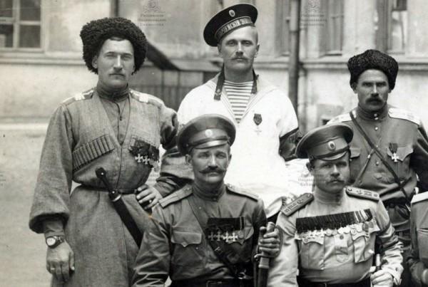 Георгиевские кавалеры различных родов войск. Фото: Российская Национальная Библиотека