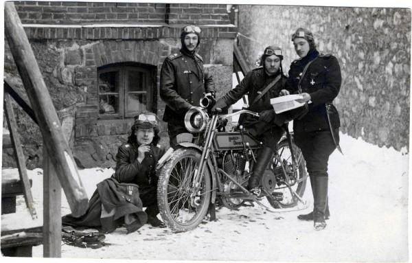 Георгиевский кавалер - мотоциклетчик с сослуживцами