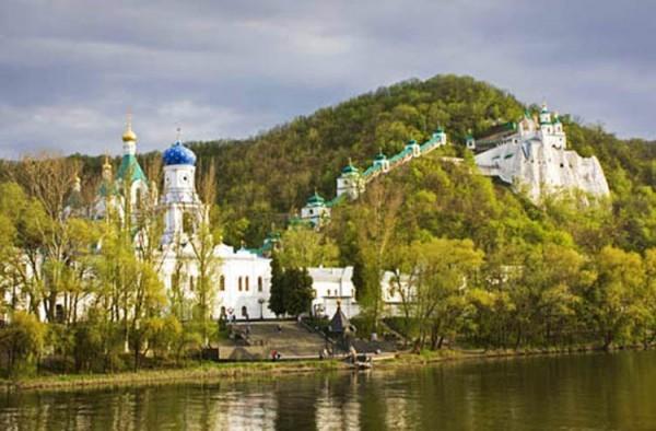 В Святогорской Лавре опровергли информацию о закрытии монастыря для паломников