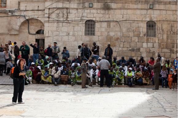 Современные паломники у Храма Гроба Господня