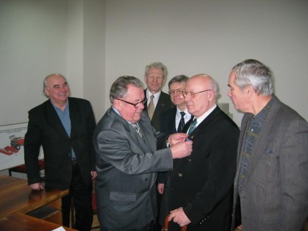 Награждение медалью «Преодоление». Фото: mainb.ru