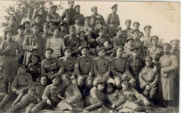 Группа офицеров и нижних чинов одного из армейских полков на фронте.