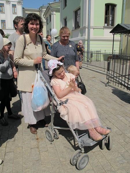 Василиса (в коляске) посещает детский садик в Марфо-Мариинской обители раз в неделю