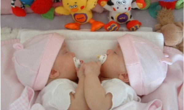 Жительница Якутии родила двойню в самолете