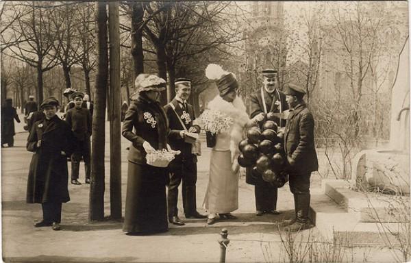 Главным мероприятием в День Белого цветка был сбор пожертвований на улицах города