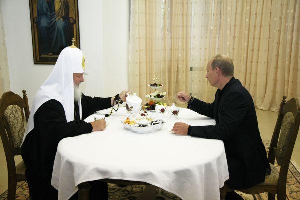 Патриарх Кирилл. Патриарший визит на Валаам в 2009 году. Встреча с В. Путиным. У Предстоятеля РПЦ с президентом РФ сложились хорошие отношения.