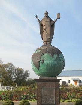 Памятник святителю Николаю, архиепископу Мир Ликийских, Чудотворцу в Солотче Рязанской области, возле храма в честь Казанской иконы Божией Матер