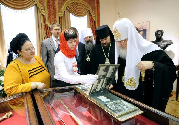 На выставке в Екатеринбурге. Патриарх очень интересуется старинными вещами.