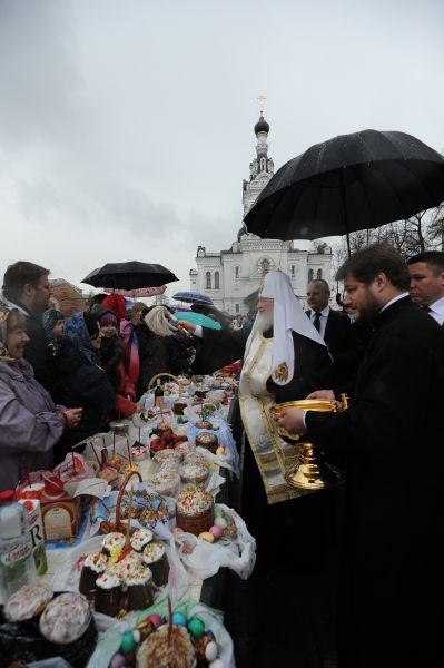Ежегодно Патриарх принимает участие в освящении пасхальных куличей наравне с другими священниками.