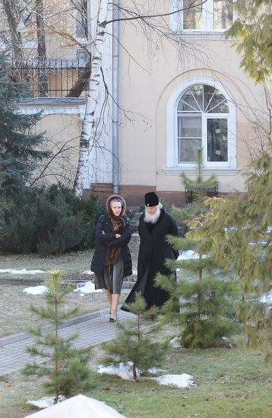 Уникальное фото – Патриарх совершает ежедневную прогулку в садике в его резиденции в Чистом переулке г. Москва. С ним – сотруднца Патриархии, они решают рабочие вопросы…