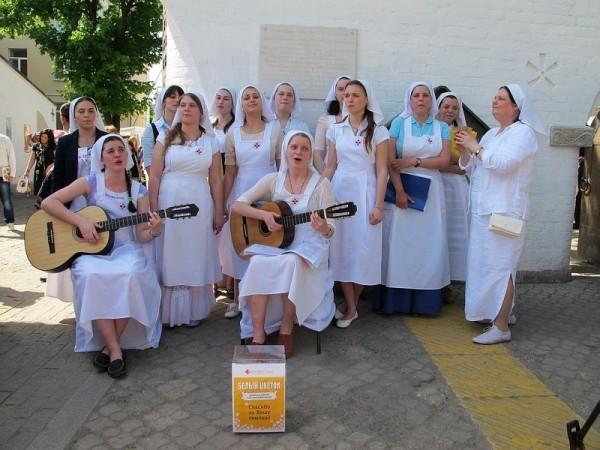 У ворот обители случайных прохожих с песнями приглашали пожертвовать сразу или зайти на праздник