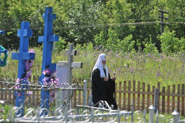 Патриарх Кирилл помолился на могиле иерея Василия Гундяева – своего родного деда.