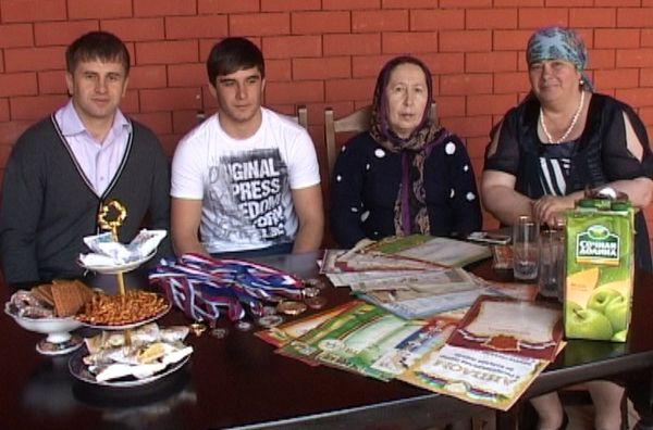 В семейном кругу. Фото: mchs.gov.ru