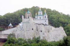 400 беженцев приютила Святогорская Лавра