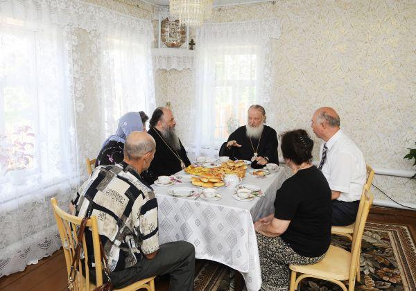 Патриарх Кирилл. Визит в Мордовию в 2011 году. Патриарх посетил село Оброчное, где жил его дед, и пообщался со своими родственниками за чашкой чая.