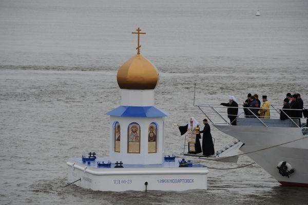 Патриарх Кирилл. Освящение плавучей часовни-маяка на месте слияния рек Иртыша и Оби в 2013 году.