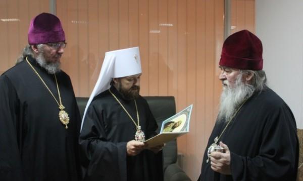 Высокую церковную награду митрополиту Днепропетровскому Иринею пришлось вручить в аэропорту